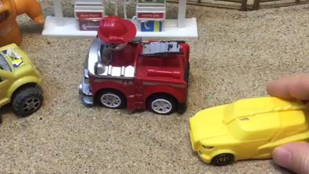 小黄车准备插队,发现小警车在,就乖乖自己排队去了