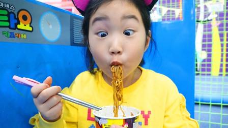 亲子萌宝VLOG:角色扮演的剧院烹饪面条很美味!