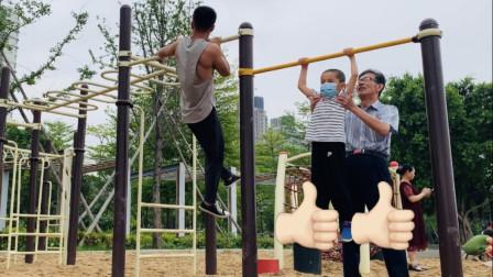 在公园做引体,旁边5岁小孩的单杠操作,看完只想给他点赞!