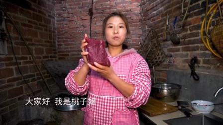 家里来客人,桃子姐做一盆水煮牛肉,外加一桌菜,家人吃得美滋滋!#优酷吃货节##厨艺大赏#