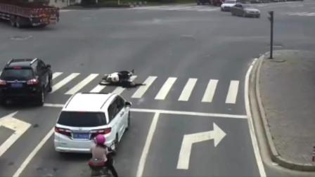 河北监控拍下最牛电动车司机诡异倒下,最后神奇的站起来了