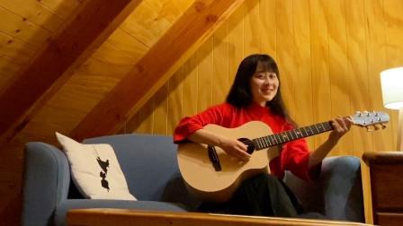 温柔小姐姐森林木屋里弹吉他,唱一首《小宇》,暖暖灯光好温馨!