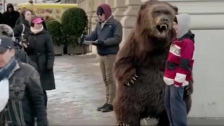 """恶搞:假扮成狗熊出现在纽约街头,这""""狗熊""""也太真实了吧!"""