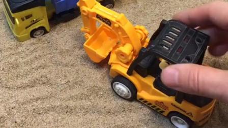 小卡车去装沙子啦,挖掘机帮他装的满满的,好多的沙子呀