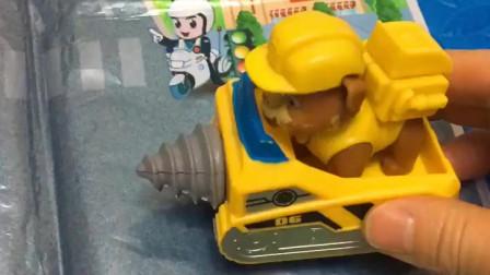 小丽的车没有油了,警察叔叔告诉了小丽,可以给车加油的地方