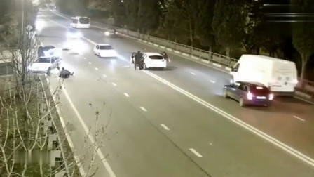 广东监控拍下可怕一幕!车祸一瞬间,一个人直接从车中飞出