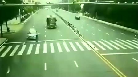 广西美女过马路被公交车碾压,家人怒道喊冤,回看监控无语了