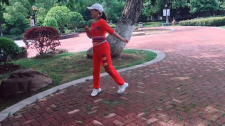 56岁阿姨公园跳舞真好看,看她心情那么好,真是越来越年轻