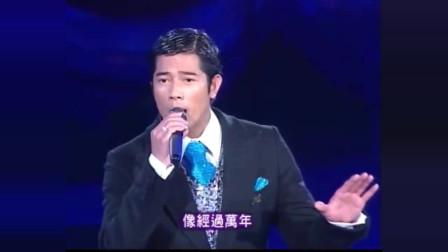 郭富城在台上唱歌,谢霆锋陈奕迅突然跑上去伴舞