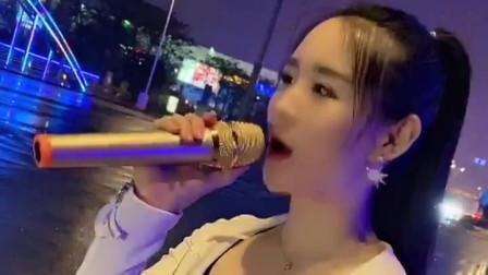 漂亮姑娘马路边唱一首《你是我的人》,过往的哥哥脸红扑扑!
