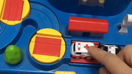闯关游戏开始啦,可小警车和救护车还没排好队,小朋友都着急了