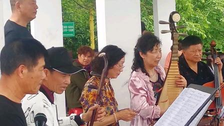 浦江县开心戏迷群在通济湖景区演奏婺剧名段