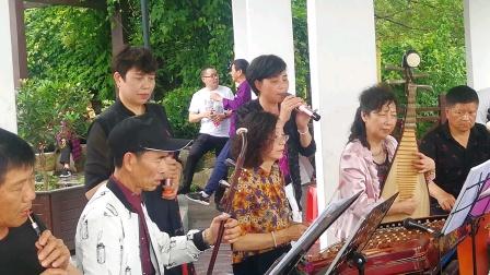 浦江县开心戏迷群在通济湖景区演奏婺剧《十里长亭》