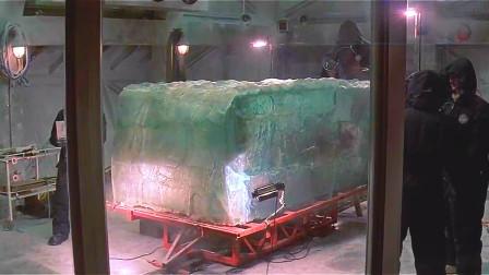 探险队找到块四万年前的冰块,切开后发现,里面居然冻着个远古人