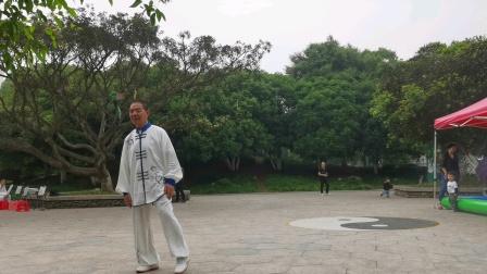 杨乃景于2020年5月12日在龙港公园晨练陈氏56式太极拳。