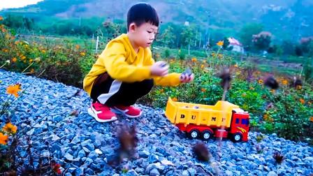 小朋友去户外玩工程车玩具非常好玩