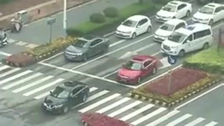 广东救护车被堵半路,黑车和红车的反应太赞了,使这个社会充满了温暖