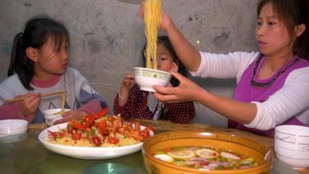 2斤龙虾,3包泡面,桃子姐做道蒜蓉龙虾面,一家人吃得美滋滋#优酷吃货节##大吃一斤##厨艺大赏#
