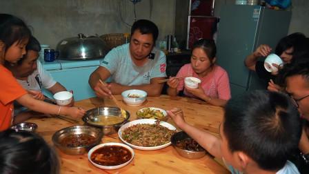 连续干旱,桃子姐给菜地灌水,回家做子姜青椒肉丝,吃得美滋滋