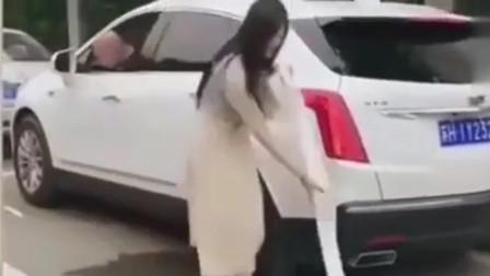 监控:女司机厉害了,竟随身自带车位,就问你服不服!