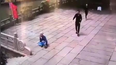 监控:海宁一条疯狗街头乱咬人,监控拍下过程