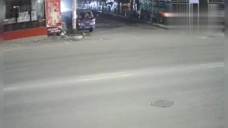 监控:路口不减速 转弯车与直行车迎面相撞