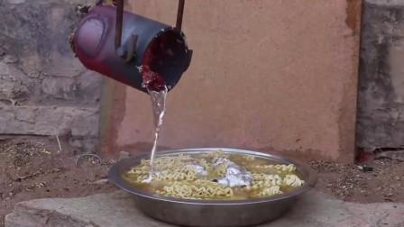 印度黑暗料理,用800度岩浆泡方便面,一口200你敢吃吗?