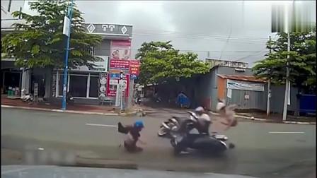 监控:摩托车女司机被撞飞,落地后的一幕让人尴尬!监控拍下全过程
