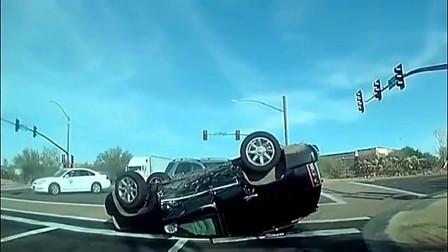 监控:监控记录下的惨烈车祸:看得心都快碎了一地