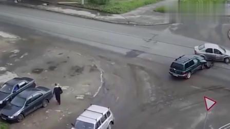 监控:车祸发生的瞬间,路边监控录下全过程,真的不是一般的惨!
