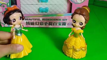 王后买了化妆盒,白雪和贝尔一起比试化妆,大家快来看看