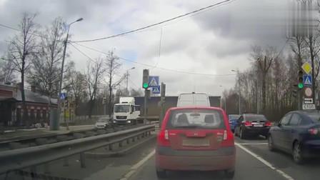 监控:各种惨烈车祸视频锦集,看了背后冒冷汗