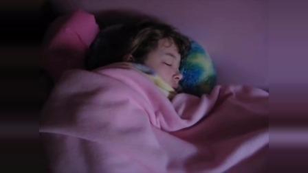 女孩在床上睡着了 睡得好熟好香啊