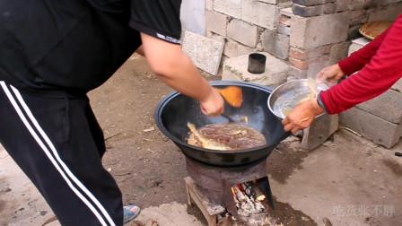 铁锅炖黄花鱼,鱼肉鲜嫩好吃,老妈却抱怨院里全是苍蝇