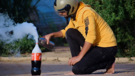 把液氮倒进可乐瓶,扔进水下会怎样,下一幕太震撼了!