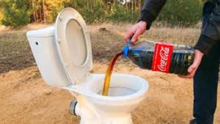 把可乐倒进马桶,还放了2斤曼妥思,一抽水意外发生了!