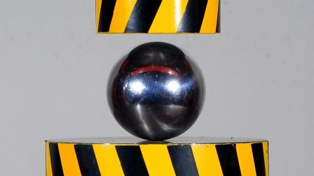 把实心铁球放到液压机下,会发生什么?结果太意外了!