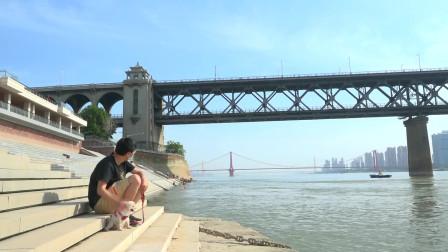 这座桥修建于60多年前,每天有64000余次车辆通行,仍稳如泰山