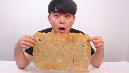 看电影薯片总是吃不够,小伙尝试制作一个超大薯片,一次吃到爽
