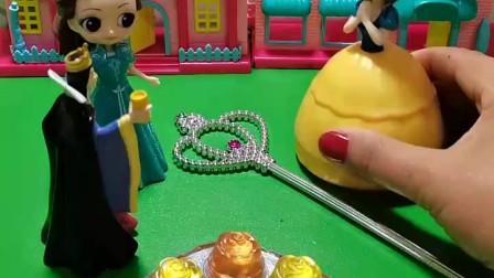 白雪公主找到了正在散步的贝尔公主,王后看见了,也赶了过来