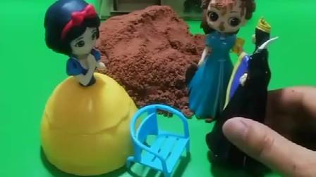 贝尔公主看到一些泥土,贝尔给自己裹了一脸,找来了王后