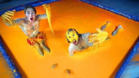 """老外作死挑战:最后一个离开""""胶水泳池""""获得10000美元,结果你猜怎么着"""
