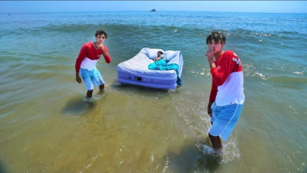 熊孩子为了整亲妈,竟连人带床一起丢进海里,网友:一定是欠揍了!