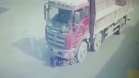 监控:如此惨烈的车祸广东妹子都能幸存下来,真是大难不死!