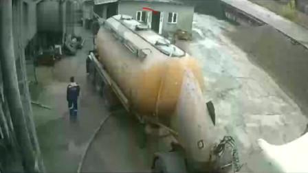 广东司机去上厕所,突然看到车顶冒烟,20秒后监控拍下可怕一幕!