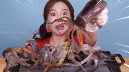 韩国美女生吃鱿鱼,一口下去吃懵了,网友:吃相太难看了!
