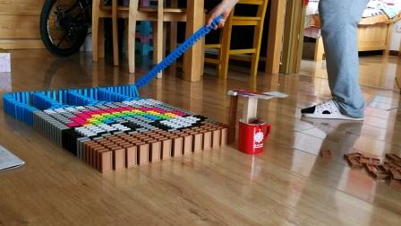 彩虹图案 7岁孩子摆多米诺