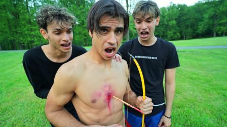 熊孩子恶搞:假装被箭射中,测试兄弟们反应,结局太真实了!