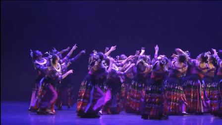 云舞裳丨舞蹈女子群舞苗族舞《月亮湾弯》南京艺术学院 看弯弯的月亮温婉如玉 就像苗族女的银项圈一样皎洁明亮