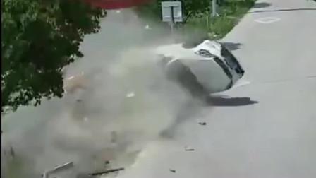 监控:一辆SUV过路口未减速,避让不及导致侧翻连续翻滚八圈后,司机直接甩到空中被翻滚车体狠砸